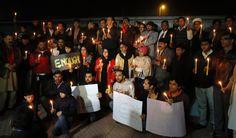 Pakistan steht unter Schock: Am Abend versammelten sich Menschen unter anderem in Islamabad, um der Dutzenden getöteten Schüler zu gedenken.  ...