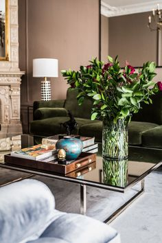 I lvoe the green velvet sofa and classic glass coffee table in this living room design. Classic Living Room, Elegant Living Room, Living Room Grey, Living Room Modern, Living Rooms, Art Deco Living Room, Living Room Designs, Traditional Family Rooms, Farmhouse Living Room Furniture