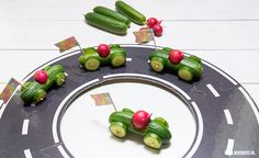 Cucumber car: turn mini cucumbers into a treat - Birthday Party - Auto Auto Party, Race Car Party, Snacks Für Party, Party Treats, Healthy Meals For Kids, Kids Meals, Mini Cucumbers, Boys First Birthday Party Ideas, Disney Cars Party