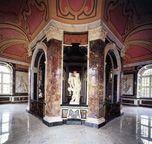 Innenraumamsicht des Marmorbades mit Badetempel und Statue des Bachus