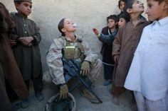 女性兵士が、子どもたちにガムのふくらませ方を教えている画像 | A!@attrip