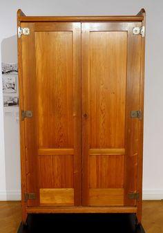 Linen cabinet, designed by Richard Riemerschmid, made by Dresdner Werkstatten fur Handwerkskunst, 1905, larch wood, iron - Bröhan Museum, Berlin - DSC04016.JPG