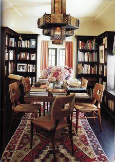 El comedor de la casa de Peter Dunham. Inspirador: las estanterías que rodean mi mesa son negras, exentas y no alcanzan el techo por esta foto, por este comedor.