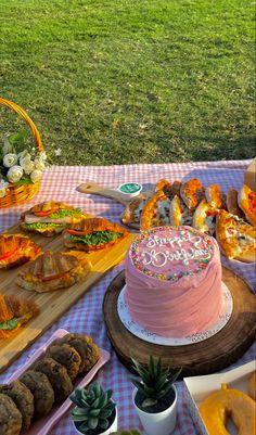 Pretty Birthday Cakes, Pretty Cakes, Cute Cakes, Picnic Date, Summer Picnic, Cute Food, Good Food, Yummy Food, Comida Picnic