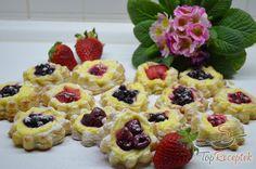 Leveles tésztából készült virágok erdei gyümölccsel | TopReceptek.hu