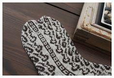 Megetar: Sydänpolku -kirjoneulesukat Malli, Socks, Tapestry, Crochet, Hanging Tapestry, Tapestries, Sock, Ganchillo, Stockings
