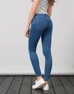Push-up jeans BSK. Ontdek dit en nog véel meer kledingstukken in Bershka met elke week nieuwe producten.