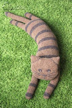 Ravelry: belochkas Cat Schlüsselbund belochkas Ca Chat Crochet, Crochet Toys, Animal Knitting Patterns, Stuffed Animal Patterns, Sock Animals, Knitted Animals, Knitted Cat, Knitted Dolls, Sock Crafts