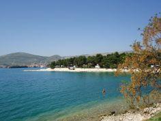 Das kristallklare Meer und die vielen Strände sind der wichtigste Grund warum immer mehr Touristen Okrug Gornji auf der Insel Ciovo besuchen.