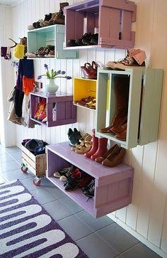 Ideas creativas para decorar la casa : Cajón de madera de fruta  pintadas de colores podemos  crear un espacio extra para guardar los zapatos.