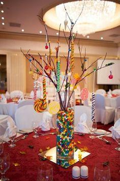 Centros de mesa con chupetes colgantes para fiesta temática de Candyland para fiesta de 15. #FiestasDe15Cali