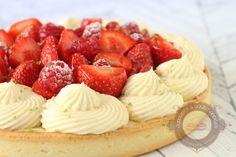 Pour changer du praliné, c'est une recette estivale que je vous propose aujourd'hui : une tarte aux fraises et aux framboises accompagnée d'une crème diplomate à la vanille. Pour le montage, je me suis inspirée de la tarte de Nicolas Bernardé qui m'a tout de suite tapé dans l'œil. La recette est légèrement différente de …