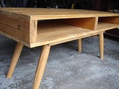 Une palette + 4 pieds récupérés sur un tabouret de bar + un peu d'huile de coude + un marteau + quelques clous = un magnifique meuble TV