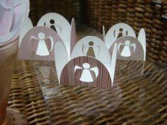 Forminha quadrada para doces com tamanho 3,5cm x 3,5cm (base) e anjo recortado em 3D em 2 pétalas.  Estampa pode ser customizada conforme tema da festa, bem como as cores lisas. R$ 0,35