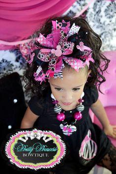Salvaje sobre Miss Minnie rosa y negro...Sobre el arco del pelo de arriba... y vincha haciendo juego