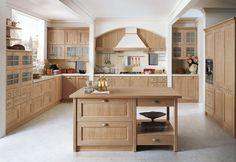cuisine bois et blanc d'esprit rustique moderne aménagée avec des placards en bois blond et un petit îlot central en bois