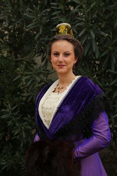 Astrid Giraud, Reine d'Arles parée de Grenats de Perpignan. Costumes Around The World, French Countryside, Plait, Folk Costume, Traditional Dresses, Folklore, Mauve, Corset, France
