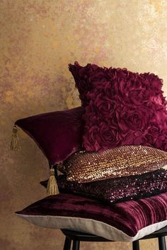 and Roses . : Raindrops and Roses More Raindrops and Roses . : Raindrops and Roses . Burgundy Bedroom, Burgundy Living Room, Gold Bedroom, Maroon Bedroom, Rideaux Design, Living Room Decor, Bedroom Decor, Raindrops And Roses, H&m Home