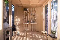 Estúdio cria cabine de home office modular que pode ser montada em um dia (Foto: Boano Prišmontas) Prefab Office, Design Modular, Affordable Prefab Homes, Design My Room, Narrow Staircase, Garden Pods, Plywood Interior, Office Pods, Rent In London