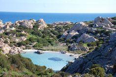 Ideas Viajeras (@ideasviajeras) | Twitter Cala Napoletana, en la isla de Caprera, #Italia.