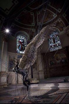 Дьявол, запутавшийся в электропроводах. Инсталляция из церкви в Мельбурне.