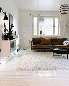 Näyttävät designvalaisimet, vanha valkoinen puulattia ja huonekalut muodostavat upean kokonaisuuden. Home Living Room, Shag Rug, Decor Ideas, Dreams, Future, Interior Design, Heart, House, Home Decor