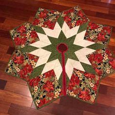 Diy Quilted Christmas Tree Skirt, Xmas Tree Skirts, Christmas Tree Skirts Patterns, Christmas Tree Quilt, Christmas Tree Pattern, Christmas Applique, Christmas Fabric, Christmas Stuff, Christmas Decor