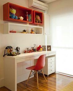 Mais um pouco do Quarto da Menina. Bancada e nichos em laca organizam os brinquedos e material de ...
