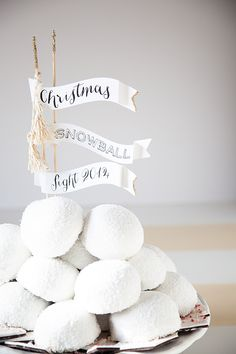 Christmas Snowball Fight Edible Holiday Centerpiece idea from WhipperBerry // $1000 #HostessHoliday GIVEAWAY