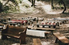 blankets on benches, Decken auf Bänken, Hochzeit im Wald, Forest wedding, Hochzeitsdeko, Wedding theme inspiration, Rustic brown wedding inspiration, Hochzeitsinspiration, Hochzeitsthema, wedding decor inspo, Wood, Holzelemente, Rustic wedding, Rustikaler Stil, Wooden decor