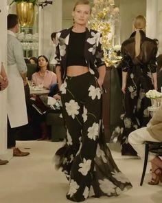 crop top videos Ralph Lauren Look Spring Summer 2019 Ready to Wear Collection Black Crop Top, Jacket and Palazzo Pants with Floral Print. Spring Summer 2019 Ready to Wear Collection. Runway Show by Ralph Lauren Cute Casual Outfits, Pretty Outfits, Chic Outfits, Spring Outfits, Runway Fashion, Fashion Show, Womens Fashion, Fashion Design, Couture Dresses