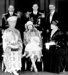 Princess Elizabeth with parents, Duke & Duchess of York, Grandparents, King George VI & Queen Mary, Earl of Strathmore & his wife. Royal Queen, Queen Mary, King Queen, English Royal Family, British Royal Families, George Vi, Queen Victoria Family, Lady Elizabeth, Duchess Of York