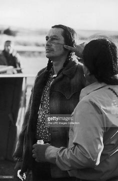 Russell Means (L) leader of militant Native American group who are holding the village of Wounded Knee in protest of national Indian policies. Native American Actors, Native American Cherokee, Native American Wisdom, Native American Photos, American Indian Art, American Indians, American Group, Banks, Russell Means