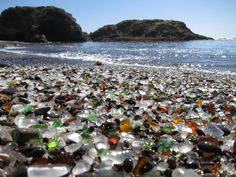 """Quando alguém diz """"praia"""", você provavelmente pensa em areia, ondas, sol e uma cerveja ou um cocktail de frutas. Entretanto, as praias podem aparecer em formas e cores diferentes do que alguns de nós poderia esperar. Aqui estão 17 praias que, de uma forma ou de outra, podem não ser nada parecidas com as praias que você está acostumado."""
