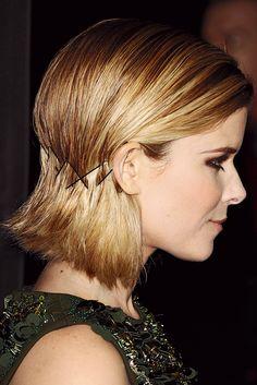 Melena Kate MaraMelena Kate Mara Para los cabellos más cortos, este peinado de Kate Mara puede resultar favorecedor. Basta con colocar varias horquillas a la altura de la nuca en forma de zig zag (para asegurar la sujeción) para crear este falso recogido.