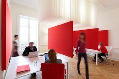 MIO Grande  Un espace de travail créatif à Montpellier: les panneaux coulissants insonorisants structurent l'espace. La circulation est fluide.  www.mio-offices.com
