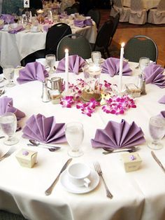 What are some good winter wedding color combinations? What are some good winter wedding color com Head Table Decor, A Table, Christmas Table Decorations, Wedding Decorations, White Round Tablecloths, Serviettes Roses, Color Lavanda, Wedding Color Combinations, Table Place Settings