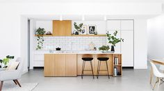 See a minimalist kitchen with simple Scandi style. Photography by Martin Gemmola. Styling Ruth Welsby. From the October 2017 issue of Inside Out Magazine. Available from newsagents, Zinio, https://au.zinio.com/magazine/Inside-Out-/pr-500646627/cat-cat1680012#/  and Nook.