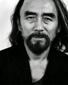 Yoji Yamamoto , nascido em 3 de outubro de1943 é um premiado e influente estilista japonês com sede em Tóquio e Paris . Ele é considerado um mestre alfaiate, juntamente com Madeleine Vionnet e é conhecido por sua alfaiataria de vanguarda com a estética no design japonês.  http://sergiozeiger.tumblr.com/post/99072800803/yoji-yamamoto-nascido-em-3-de-outubro-de
