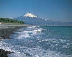 静岡県静岡市の三保松原は富士山を望む絶景な海岸です 松林の緑と海の青さその向こうに見える富士山のコントラストはなんとも言えず絶景 2013年には世界文化遺産富士山信仰の対象と芸術の源泉の構成遺産のひとつとして登録されました 謡曲羽衣を舞踊化したフランスのバレリーナエレーヌジュグラリスの碑も建っていますよ tags[静岡県]