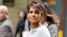 Halle Berry reveals the struggles of being a woman of color in Hollywood Sela Ward, Halle Berry Boyfriend, Halle Berry Daughter, Hally Berry, Natural Hair Styles, Short Hair Styles, Makeup News, Brown Blonde Hair, Entertainment