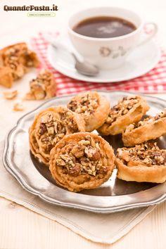 """L'epifania tutte le feste si porta via... ma noi qui festeggiamo ancora con un dolce natalizio tipico della Puglia: le cartellate.  Le cartellate, o come direbbe in dialetto pugliese Pasqualino """"scartilléte"""", sono degli irresistibili dolcetti fritti ricoperti di noci, mandorle e miele. Il segreto per delle cartellate perfette è creare una sfoglia sottilissima, per questo è consigliato l'uso di una macchina per stendere la pasta."""