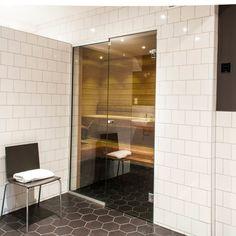 Glasvägg till bastu Townhouse, Divider, Relax, Bathroom, Furniture, Home Decor, Washroom, Terraced House, Bath Room
