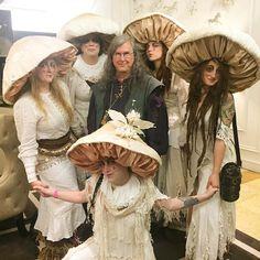 Encontre este Pin e muitos outros na pasta Halloween Costumes de Heather. Mushroom Costume, Mushroom Hat, Stuffed Mushroom Caps, Stuffed Mushrooms, Costume Carnaval, Hallowen Costume, Halloween Cosplay, Cool Costumes, Fairy Cosplay