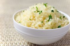 This garlic rice is a the perfect, easy way to jazz up your rice side dish. It is a great quick side dish for weeknight meals. Rice Side Dishes, Food Dishes, Healthy Rice, Spicy Rice, Peruvian Recipes, Peruvian Rice Recipe, Cooking Recipes, Healthy Recipes, Simple Rice Recipes