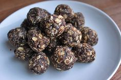 Chocolate Coconut Energy Balls via green lite bites Raw Food Recipes, Snack Recipes, Cooking Recipes, Healthy Recipes, Healthy Dishes, Healthy Snacks, Coconut Energy Balls, Good Food, Yummy Food