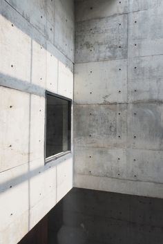The building is named the Solid Concrete Gallery as Living Artwork because the gridded black steel frame covering the rooflight creates changing patterns of shadow and light across the exposed concrete walls. Exposed Concrete, Concrete Wood, Fiber Cement Board, Concrete Architecture, Modern Architecture, Cement Walls, Floating Staircase, Concrete Structure, Interior Rendering