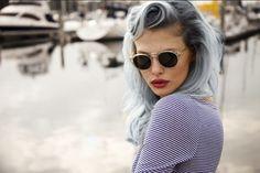 Não há como negar: para a maioria de nós, ver o primeiro cabelo branco pode ser até um tanto desesperador. Mas, pasme! A tendência da vez é justamente exibir por aí os fios acizentados. Seja por pura estética ou como uma forma de se impôr à loucura que é a imposição de beleza para as …