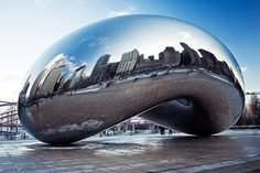 La Cloud Gate (Puerta de la nube). Escultura del artista Anish Kapoor. Pieza central de la Plaza AT&T en el Millennium Park en Chicago, Illinois, Estados Unidos. Fue construida entre 2004 y 2006. Compuesta por 168 placas de acero inoxidable soldadas entre sí, en su exterior está pulido por lo que no tiene aparentemente costuras visibles. Se trata de una escultura de 10×20×13 m, y pesa 98 toneladas. Coloquialmente se le apoda The Bean (La Alubia), pues su forma recuerda a la de esta legumbre.