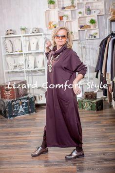 М9242: Платье с хомутом, коричневое, вискозный трикотаж, размер 52/54. Колье из пластика, Испания.